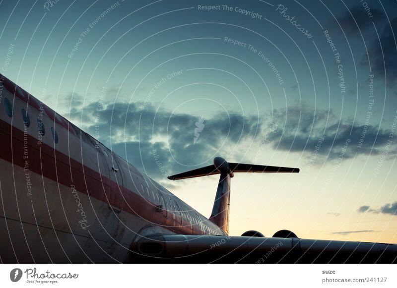 Überflieger Himmel alt Wolken Umwelt fliegen Flugzeug Luftverkehr retro Romantik Tragfläche Flughafen Flugplatz Passagierflugzeug mehrfarbig Verkehr