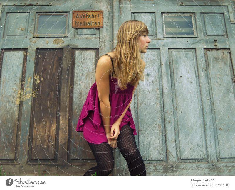 Huch Stil feminin Junge Frau Jugendliche Haare & Frisuren 1 Mensch Kleid Strumpfhose blond langhaarig beobachten trendy retro schön rosa Leben Neugier elegant