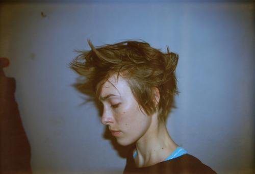 night trash Junge Frau Jugendliche Leben Haare & Frisuren Gesicht Subkultur Punk Mauer Wand kurzhaarig Blick dunkel einzigartig nah verrückt blau Identität