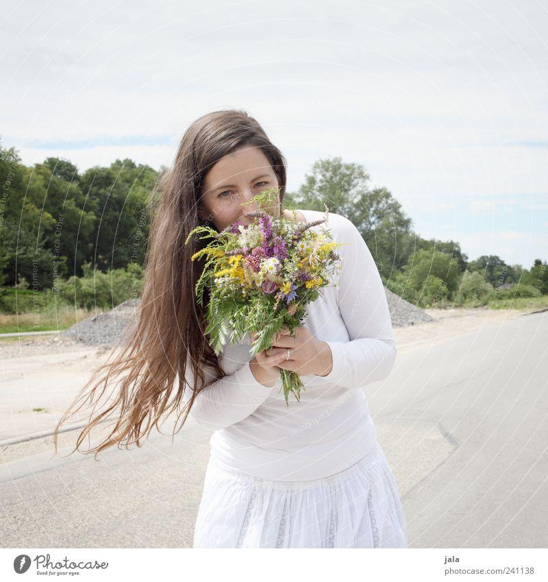 1100 | blumenmädchen Mensch feminin Frau Erwachsene 30-45 Jahre Natur Himmel Pflanze Gras Straße T-Shirt Rock Haare & Frisuren brünett langhaarig Blumenstrauß