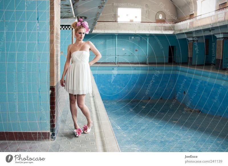 #241139 Lifestyle elegant Stil schön Frau Erwachsene Veranstaltung Schwimmbad Architektur Mode Kleid Accessoire Haare & Frisuren blond beobachten Erholung