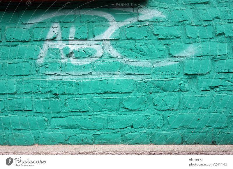 Alphabet Haus Bauwerk Gebäude Mauer Wand Fassade Stein Backstein Schriftzeichen Graffiti Typographie Lateinisches Alphabet trashig grün türkis Farbfoto