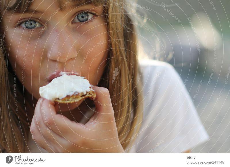 ein Hochgenuss Mensch Kind Mädchen Gesicht Gesundheit Essen Feste & Feiern Gesundheitswesen Kindheit Geburtstag genießen Ernährung süß Hochzeit 8-13 Jahre