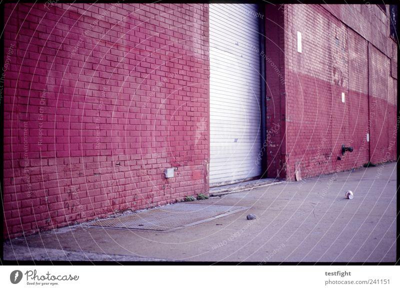 slow century Hafenstadt Industrieanlage Bauwerk Gebäude Architektur alt Lagerhalle Lagerhaus Tor Rolltor Becher Müll rot Backsteinfassade Industriegelände