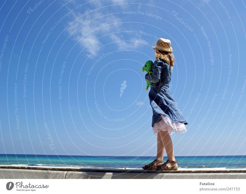 Fernweh Mensch Kind Natur blau Sommer Mädchen Strand Umwelt Landschaft feminin Küste hell gehen Schuhe blond Kindheit