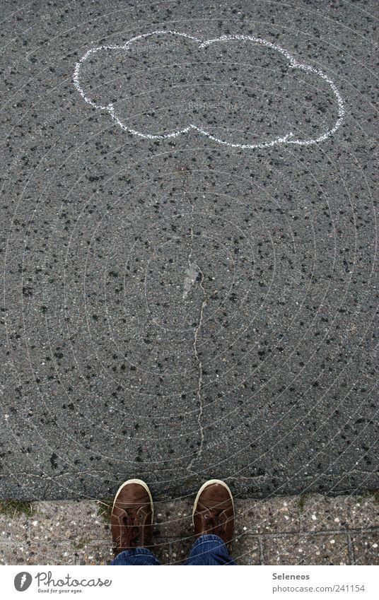 ein Gewitter zieht auf Mensch Natur Wasser Umwelt Straße Gras Beine Fuß Regen Schuhe Wind nass Ausflug stehen Wassertropfen Asphalt