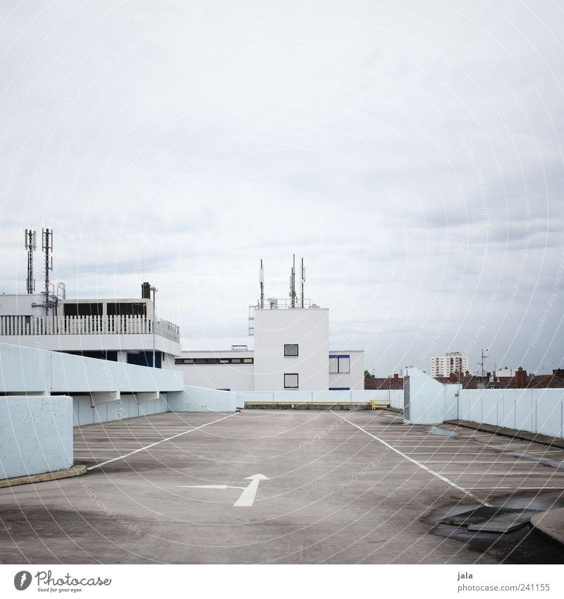parkhaus Himmel blau weiß Stadt Wolken Haus Architektur grau Gebäude Platz trist Dach Bauwerk Parkplatz Parkhaus