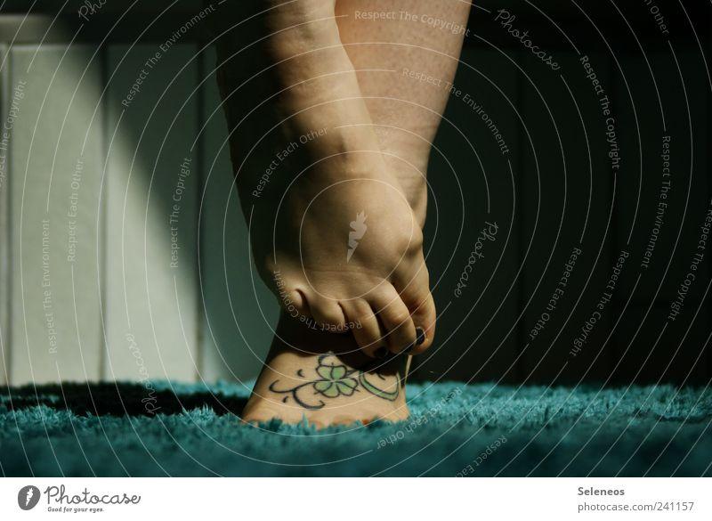 barfuß Mensch feminin Beine Fuß Wohnung Häusliches Leben Bad weich Fliesen u. Kacheln Tattoo Teppich Blatt Kleeblatt tätowiert