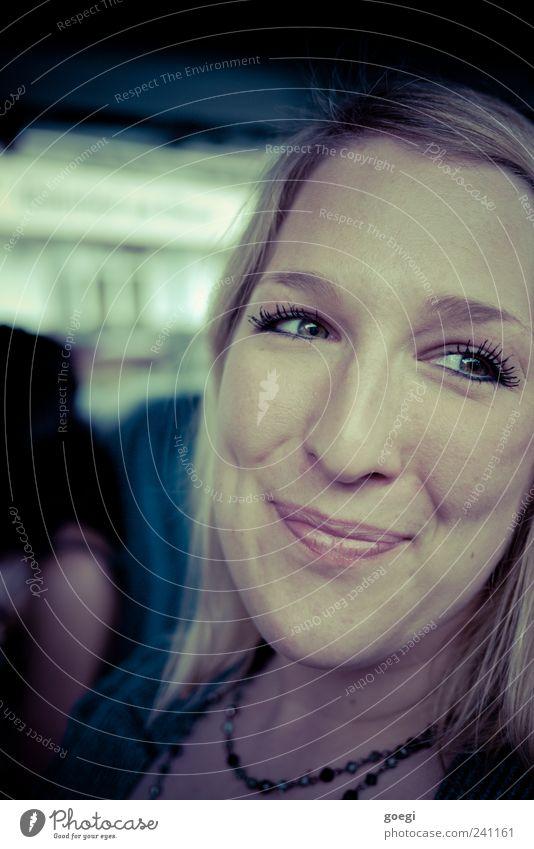 grünlich verschmitzt Frau Mensch Jugendliche Freude Gefühle Glück Kopf Zufriedenheit blond Erwachsene Fröhlichkeit natürlich Freundlichkeit Lächeln Wimpern