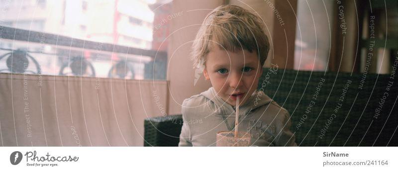 164 [grosser kleiner gemeinsamer Genuss] Süßwaren trinken Heißgetränk Kakao Glas Trinkhalm Lifestyle Kind Junge Kindheit Leben Mensch 3-8 Jahre genießen Lächeln