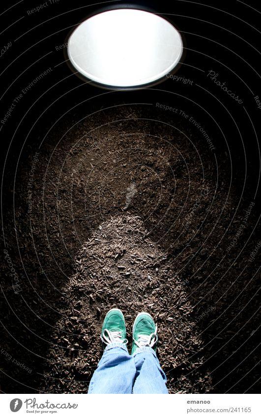 Im Lichtkegel Lifestyle Stil Freude Freizeit & Hobby Mensch Beine Fuß 1 Bekleidung Jeanshose Schuhe Turnschuh leuchten Blick stehen dunkel rund Rindenmulch
