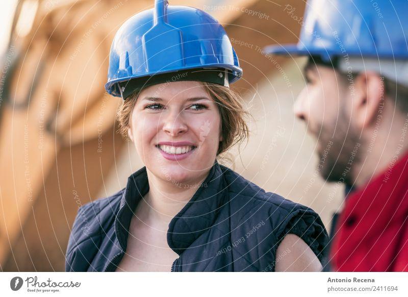 Ein paar Arbeiter, die reden. Freude Erholung Flirten Arbeit & Erwerbstätigkeit Industrie Frau Erwachsene Mann Paar Fahrzeug Traktor Jeanshose blond