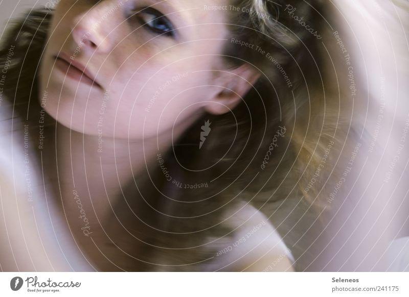 Augenblick feminin Junge Frau Jugendliche Erwachsene Kopf Haare & Frisuren Gesicht Ohr Nase Mund Lippen Locken Bewegung Blick Farbfoto Tag Licht