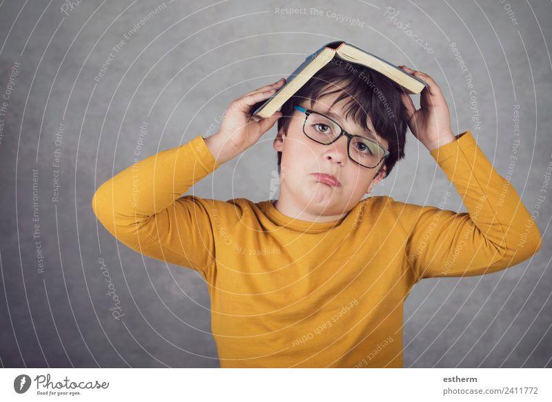 trauriger und nachdenklicher Junge mit einem Buch Lifestyle Bildung Kind Schule lernen Schüler Mensch maskulin Kleinkind Kindheit 1 8-13 Jahre Papier Denken