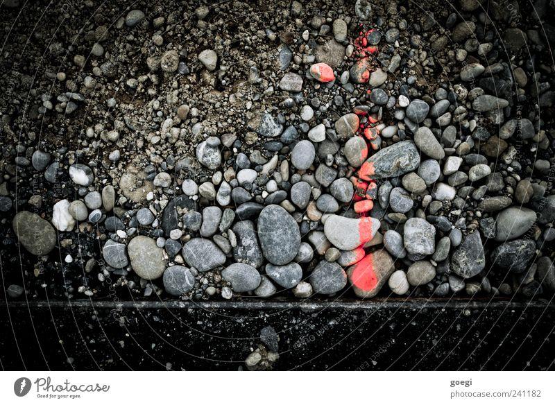 RAL 3024 I Stein Zeichen Schilder & Markierungen Linie Pfeil grau rot schwarz kennzeichnen Kieselsteine Asphalt Am Rand Messung Farbfoto Außenaufnahme