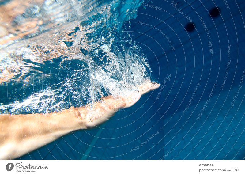 Luftzug Mensch Mann blau Wasser Hand Freude Erwachsene Erholung kalt Sport Leben Stil Schwimmen & Baden Freizeit & Hobby Haut