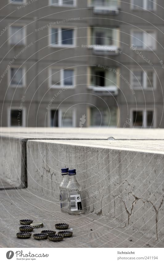 abwärts Stadt Haus Fenster grau Fassade Treppe Platz Beton Hochhaus trist trinken Verfall Flasche schäbig Alkohol Verzweiflung