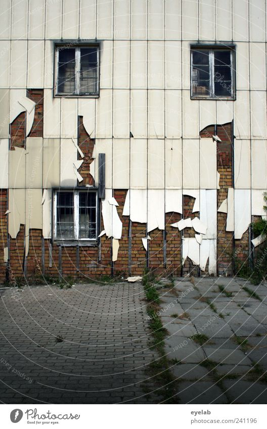 Fetzig alt weiß Haus Fenster Wand Architektur grau Mauer Gebäude Fassade dreckig wild kaputt trist Kunststoff Fabrik