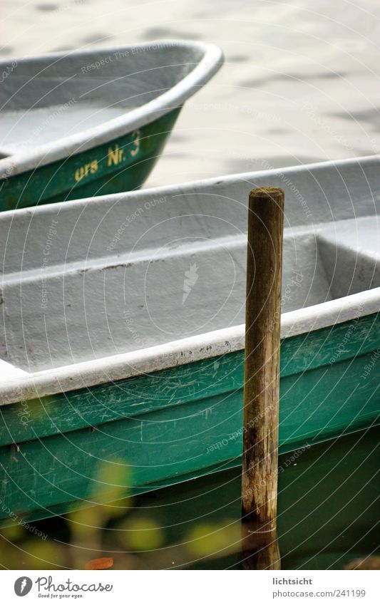 am Anleger Natur Wasser Schönes Wetter Wellen Küste Seeufer Nordsee Ostsee Insel Fischerdorf Binnenschifffahrt Ruderboot Wasserfahrzeug Idylle Pfosten grün