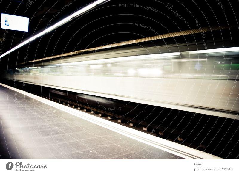 weiß Ferne Geschwindigkeit trist Sehnsucht U-Bahn Bahnhof Verkehrsmittel Öffentlicher Personennahverkehr Schienenfahrzeug