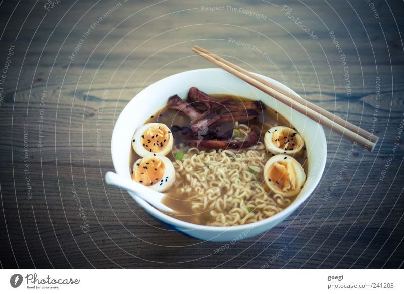 Ramen Ernährung Holz Lebensmittel heiß lecker Ei Fleisch Nudeln Abendessen Mittagessen Schalen & Schüsseln Fastfood Löffel Suppe Holztisch Essstäbchen
