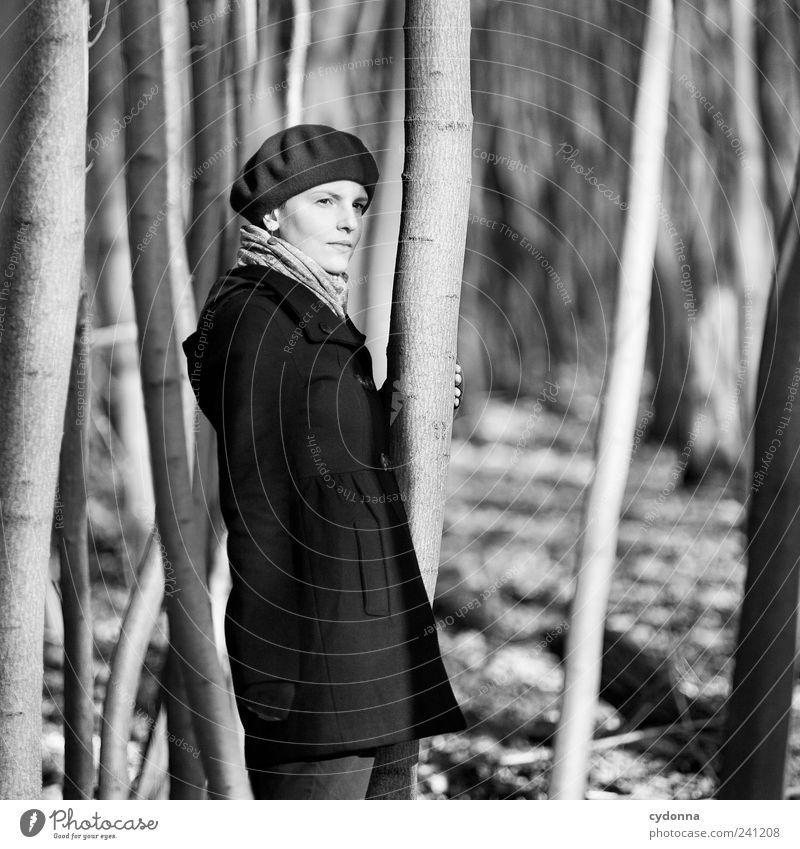 SW elegant schön harmonisch Wohlgefühl Erholung ruhig Ausflug Freiheit Mensch Junge Frau Jugendliche 18-30 Jahre Erwachsene Umwelt Natur Baum Wald Mantel Mütze