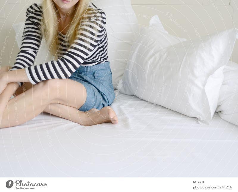 bequem Bett Schlafzimmer Mensch feminin Junge Frau Jugendliche Beine 1 18-30 Jahre Erwachsene Bekleidung Rock Haare & Frisuren blond sitzen hell schön weiß