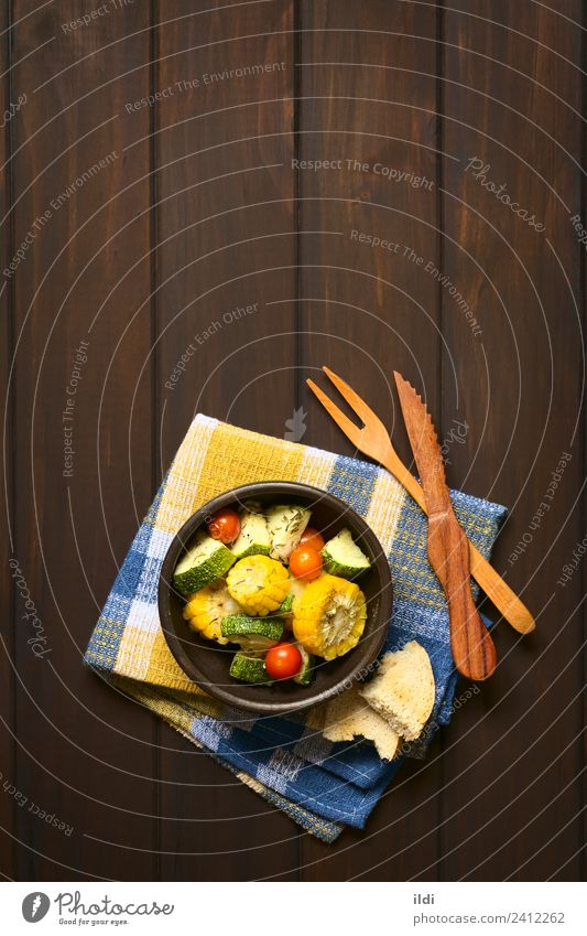 Speise Gesundheit frisch Gemüse Mahlzeit Vegetarische Ernährung Scheibe Seite Tomate vertikal rustikal Snack Zucchini