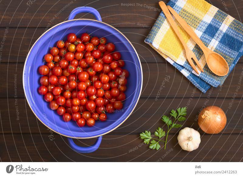 Kirschtomaten im Sieb Gemüse frisch Gesundheit rot Tomate Kirsche Zutaten Essen zubereiten Lebensmittel Zwiebel Knoblauch Petersilie Holz viele Overhead