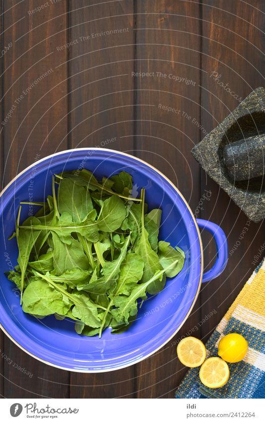 Rucola im Sieb Gemüse Frucht frisch Gesundheit Salatbeilage Rakete Rukoli Rugula Colewort Eruca Sativa Lebensmittel Zutaten Essen zubereiten Zitrone
