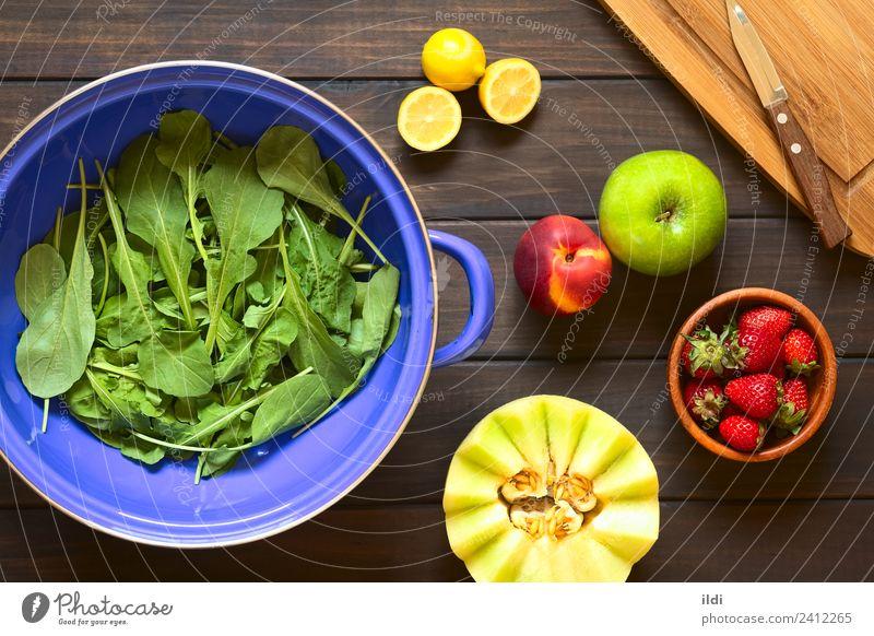 Rucola und Früchte Gemüse Frucht frisch Salatbeilage Rakete Rukoli Rugula Colewort Eruca Sativa Lebensmittel Zutaten Gesundheit Essen zubereiten Sieb Zitrone