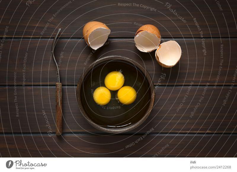 Rohe Eier Milcherzeugnisse Frühstück frisch Zutaten Eigelb Protein Lebensmittel gebrochen drei rustikal Eierschale Snack vorbereiten Koch Essen zubereiten