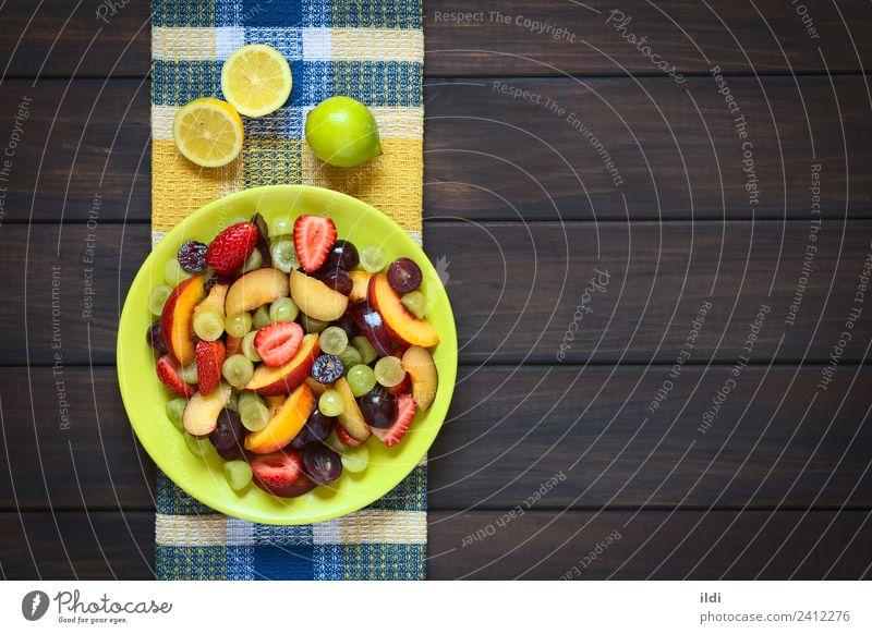 Frischer Obstsalat Frucht frisch Gesundheit Salatbeilage roh Pflaume Nektarine Erdbeeren farbenfroh Lebensmittel Snack Vitamin Zitrone Overhead horizontal