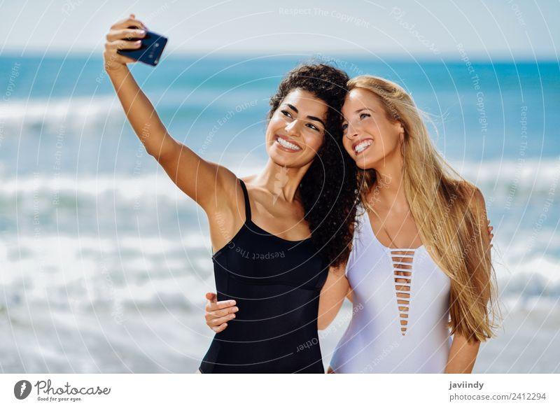 Zwei Mädchen machen Selfie-Fotos mit Smartphone. Lifestyle Freude Glück schön Körper Freizeit & Hobby Ferien & Urlaub & Reisen Tourismus Sommer Strand Mensch