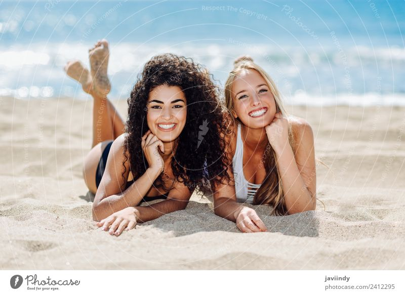 Zwei Frauen auf dem Sand eines tropischen Strandes. Freude schön Freizeit & Hobby Ferien & Urlaub & Reisen Tourismus Sommer Mensch feminin Erwachsene