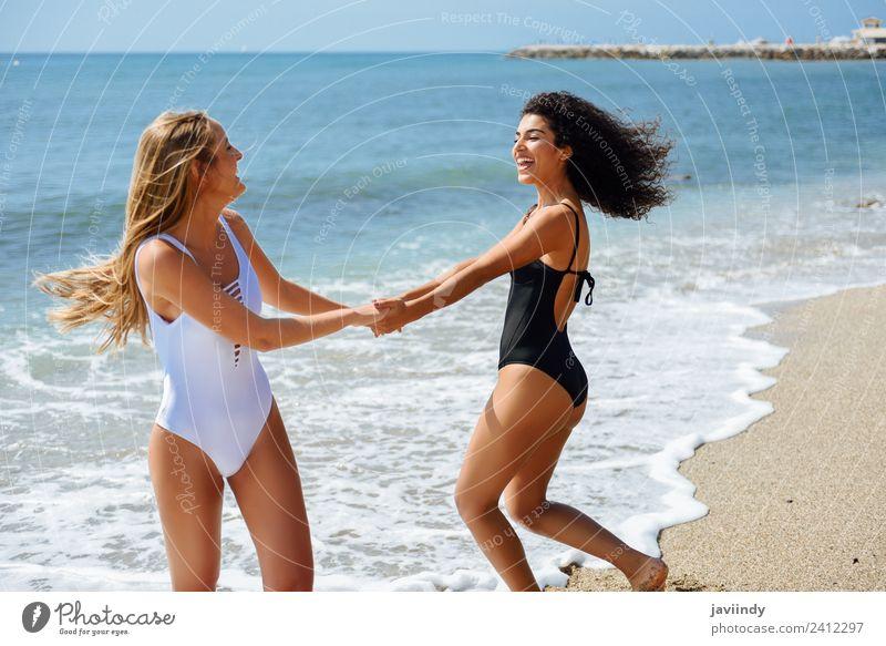 Frau Mensch Ferien & Urlaub & Reisen Jugendliche Junge Frau Sommer Freude Strand 18-30 Jahre Erwachsene Lifestyle Gefühle Küste feminin lachen Tourismus