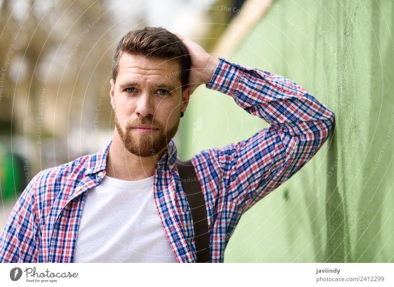 Attraktiver junger Mann im urbanen Hintergrund stehend Lifestyle Stil Glück Ferien & Urlaub & Reisen Mensch maskulin Junger Mann Jugendliche Erwachsene 1