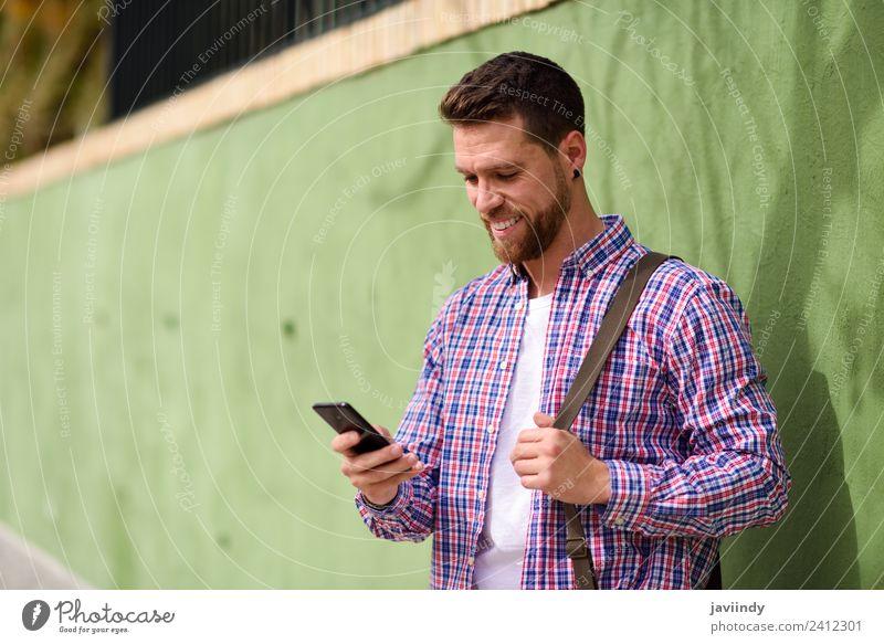 Mensch Ferien & Urlaub & Reisen Jugendliche Mann Junger Mann 18-30 Jahre Straße Erwachsene Lifestyle Stil Glück Mode modern Technik & Technologie Lächeln