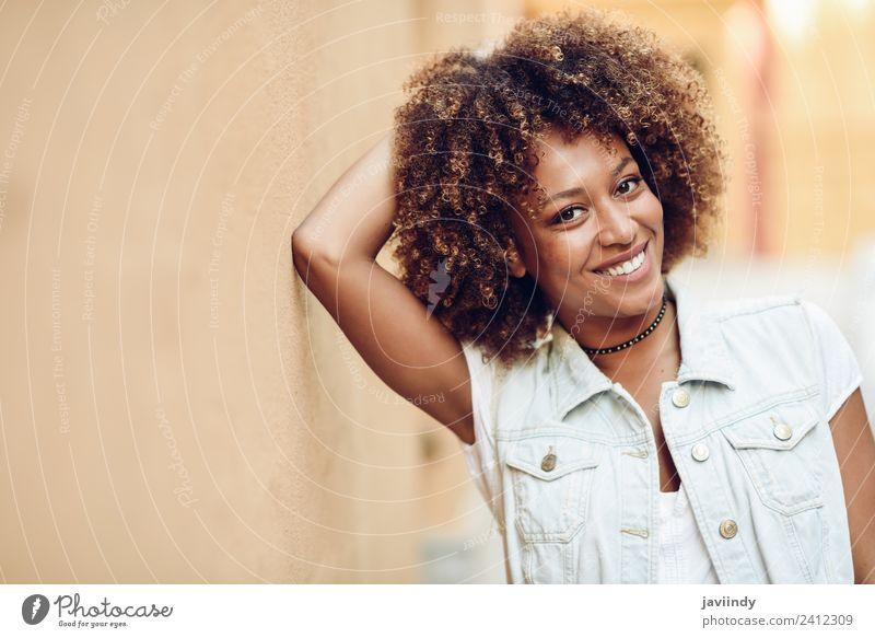 Junge schwarze Frau, Afro-Frisur, lächelndes Aussehen Lifestyle Stil Glück schön Haare & Frisuren Gesicht Mensch feminin Junge Frau Jugendliche Erwachsene 1