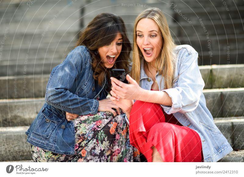 Frauen, die sich eine tolle Sache auf dem Smartphone ansehen. Lifestyle kaufen Freude Technik & Technologie Mensch feminin Erwachsene Freundschaft Jugendliche 2