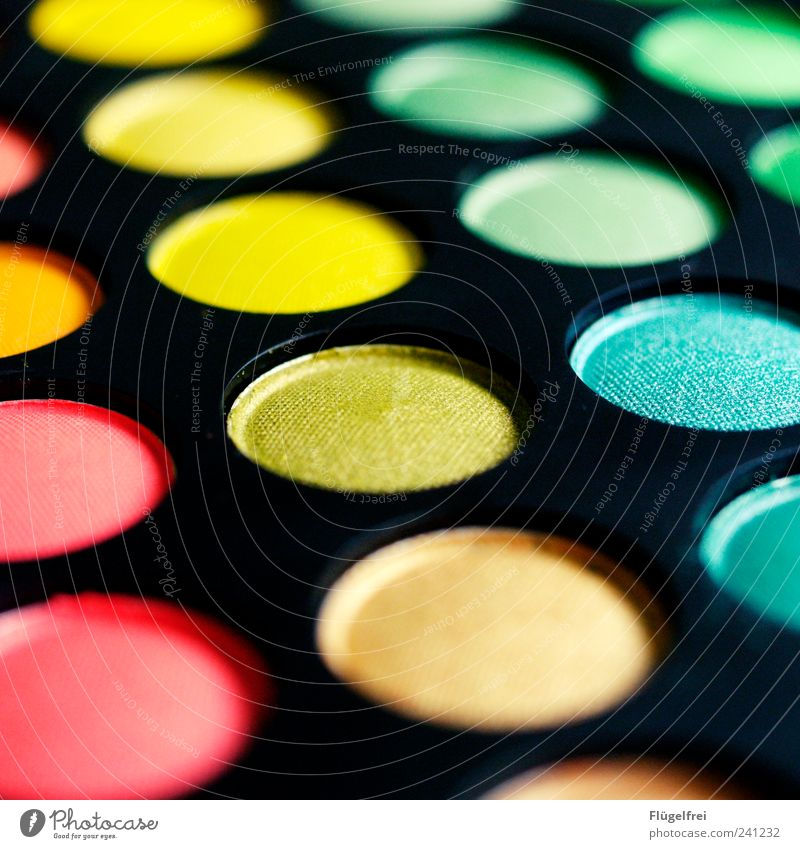 C:24 M:9 Y:86 K:0 Schminke rund Farbpalette Schminkpalette Kosmetik regenbogenfarben grün gelb Kontrast Lidschatten Strukturen & Formen Farbenspiel