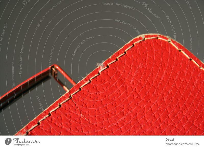Komm wir fahr'n ans Sommerloch Ferien & Urlaub & Reisen Tourismus retro rot Vorfreude Griff Kinderkoffer altmodisch rund diagonal Farbfoto Innenaufnahme