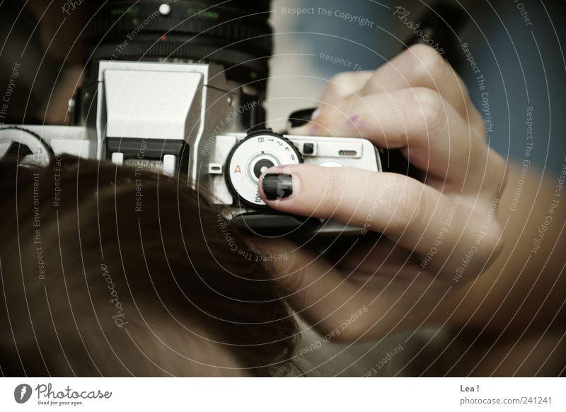 Klick Fotokamera feminin Haare & Frisuren Hand 1 Mensch beobachten fangen Blick modern Neugier Kreativität Fotografieren Farbfoto Außenaufnahme Nahaufnahme Tag