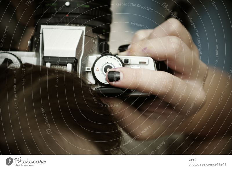 Klick Mensch Hand feminin Haare & Frisuren modern retro beobachten Neugier Kreativität Fotokamera fangen Fotografieren Nagellack