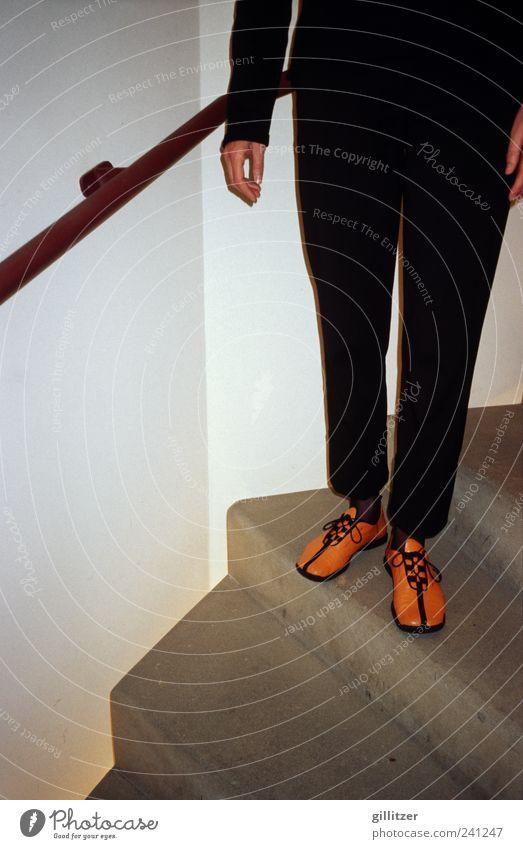 Orange Schuhe Mensch schwarz Beine Treppe Ordnung Design modern stehen einzigartig Kreativität Geländer Hose Stolz anonym Genauigkeit
