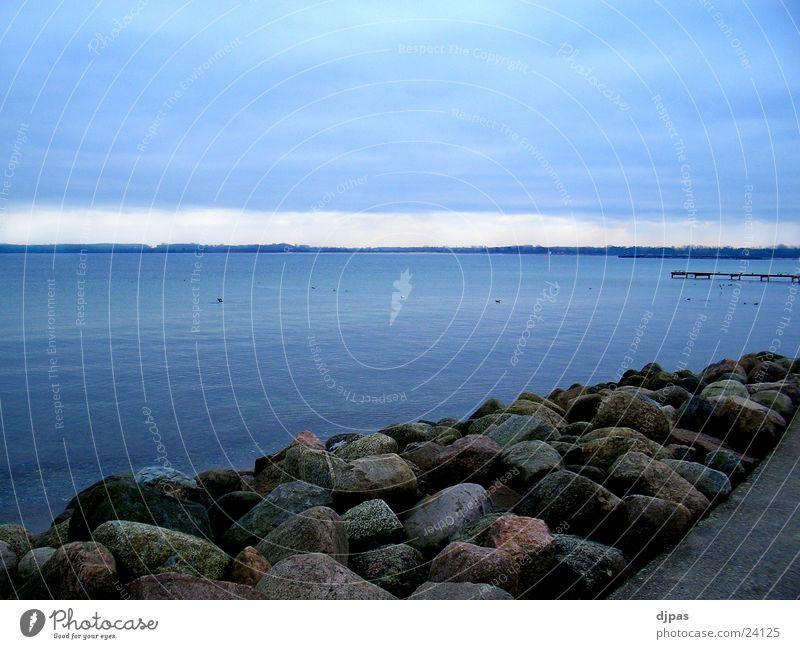 Steine und Me(h)er Strand Meer Ostsee Wasser blau Ruhe vor dem Sturm