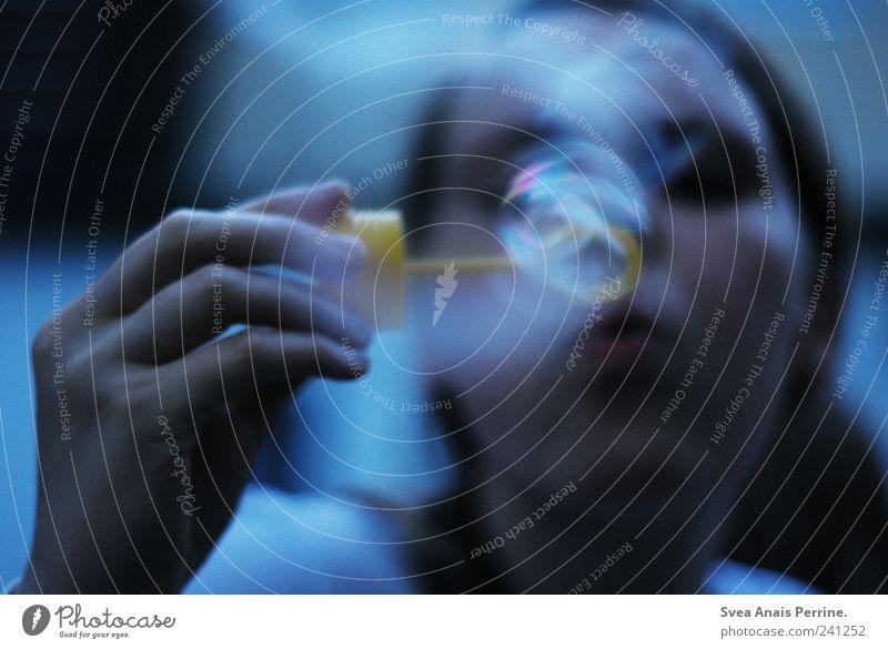 leben wie ein hauch. Mensch Jugendliche Hand Erwachsene kalt feminin Junge Frau Arme 18-30 Jahre nachdenklich einzigartig brünett Seifenblase Unschärfe