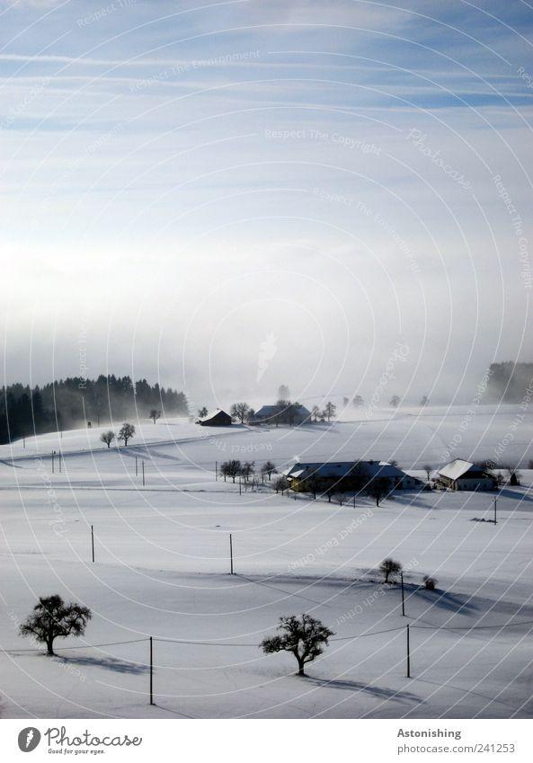 Winterlandschaft Umwelt Natur Landschaft Pflanze Luft Himmel Wolken Horizont Wetter schlechtes Wetter Nebel Eis Frost Schnee Baum Hügel Haus Bauwerk Gebäude
