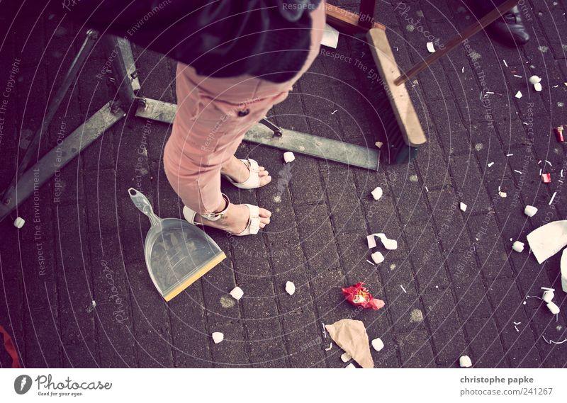 Last Girl Standing Mensch Frau Beine Fuß Feste & Feiern Schuhe stehen retro Reinigen Müll Veranstaltung Besen Konfetti Damenschuhe Sandale aufräumen