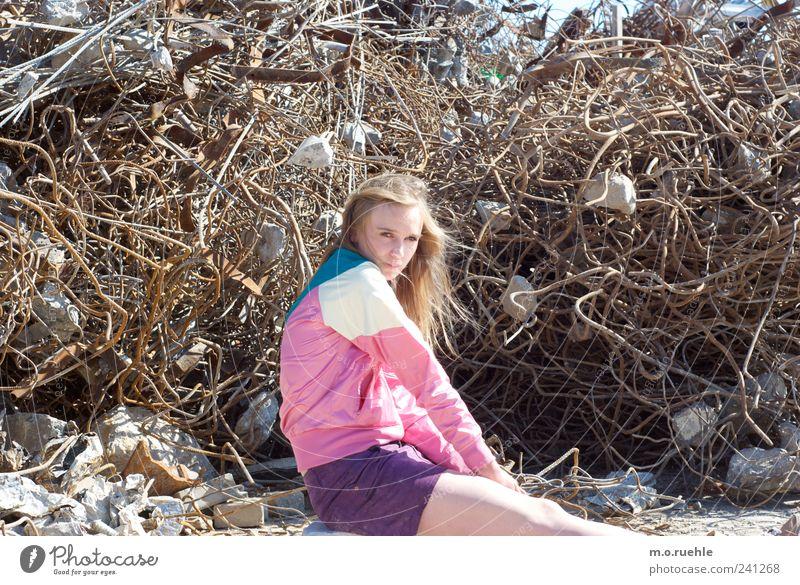WorldEndParty/06 (Soldaten nahezu ganze Armeen) Jugendliche feminin Gefühle Stil Metall träumen Stimmung Junge Frau blond warten Lifestyle trist Vergänglichkeit